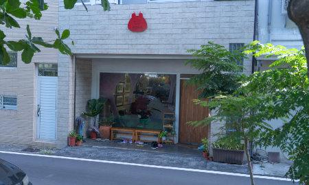 一個於台東舊鐵路步道旁、展示賴馬創作的小空間。